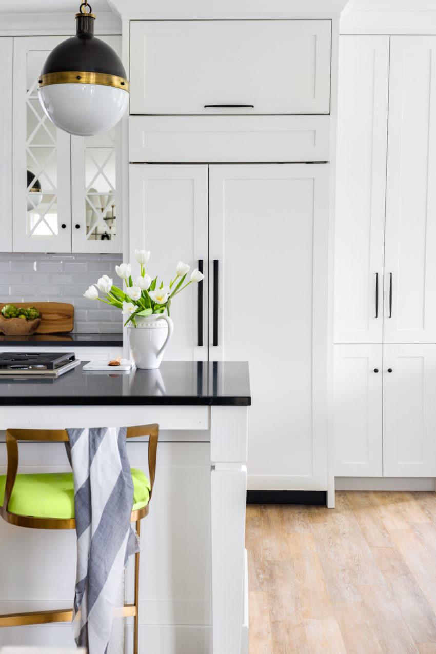 White Kitchen | Black Hardware | Pendant Lighting | White Shaker Cabinets | Kitchen Bar Stools